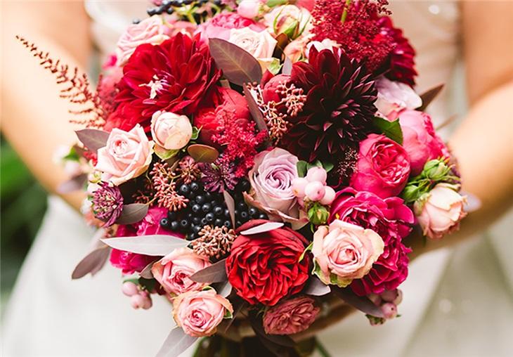 Il lancio del bouquet: significato, quando lanciarlo e la musica per l'occasione